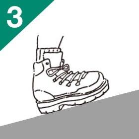 両足を履いて、ひもを緩めた状態で歩き回ります。上り坂や下り坂も試して、足幅や甲の高さ、指先、くるぶしなど、当たるところがないかをチェック。