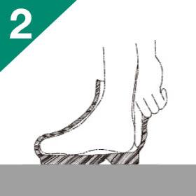 そのままの状態で膝を軽く曲げ、かかとに指が一本くらいが目安。